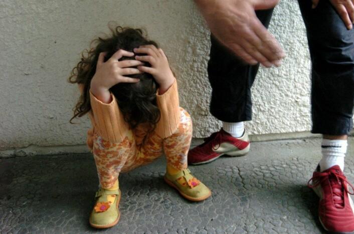 – En grunn til at vold i nære relasjoner er så skadelig, er at det foregår over så lang tid. Barna har kanskje levd med vold i familien fra de var bitte små. Og hvis vi ikke kan være trygge i relasjon til våre nærmeste omsorgspersoner, hvor kan vi da være trygge? sier Skårdalsmo. (Illustrasjonsfoto: Colourbox)