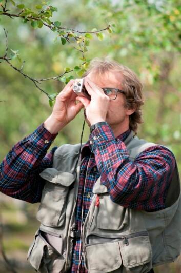 Landsskogtakseringens Erik Sørensen med en Vertex høyde- og avstandsmåler. (Foto: Lars Sandved Dalen, Nibio)