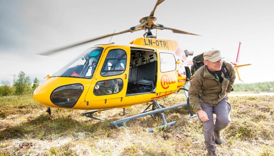 Asbjørn Gangstad er på vei inn til en av de mange avsidesliggende skogflatene som skal måles som en del av den landsdekkende Landsskogtakseringen. (Foto: Lars Sandved Dalen, Nibio)