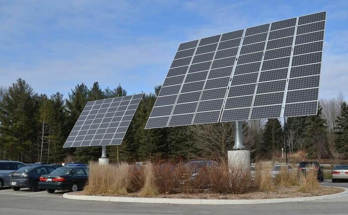 Styrbare solcellepaneler fanger mer sol, men må bygges store og tunge for å motstå kreftene fra vind. Disse panelene står på anlegget Earth Rangers Centre, et utstillingsvindu for miljøvennlig bygningsteknologi i Ontario i Canada. (Foto: Raysonho @ Open Grid Scheduler / Grid Engine,  Creative Commons Attribution-Share Alike 3.0 Unported license)