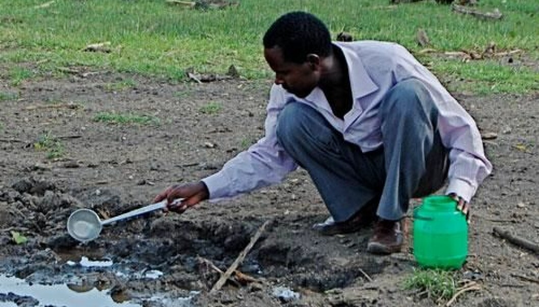 PhD-student Fekadu Massebo collecting mosquito larva. (Photo: Bernt Lindtjørn)