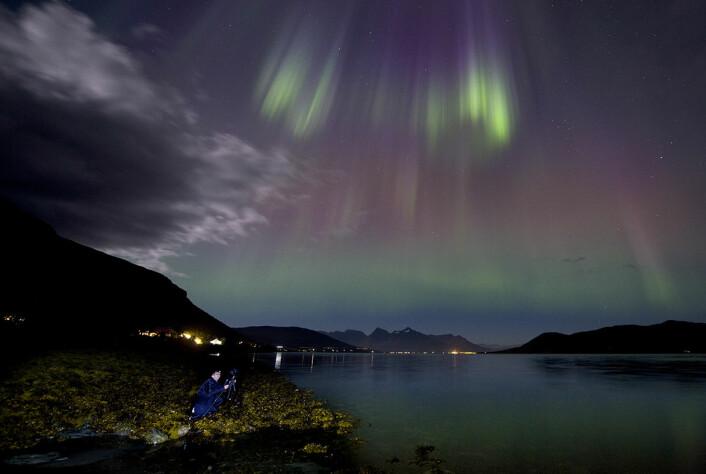 Nordlysfotograf Truls Tiller i full sving. Bildene spres over hele verden via sosiale medier. (Foto: Stig Brøndbo)