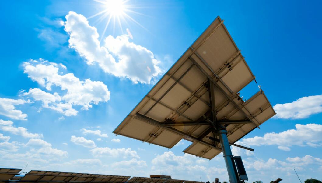 Sollys inneholder mange farger eller bølgelengder. De mest energirike strålene slår løs de mest energirike elektronene i solceller. De kalles hete elektroner. Mesteparten av denne energien går til spille. Nå arbeider forskere med å utnytte denne energien, både i solceller og til å spalte vann til hydrogen for brenselceller. Colourbox