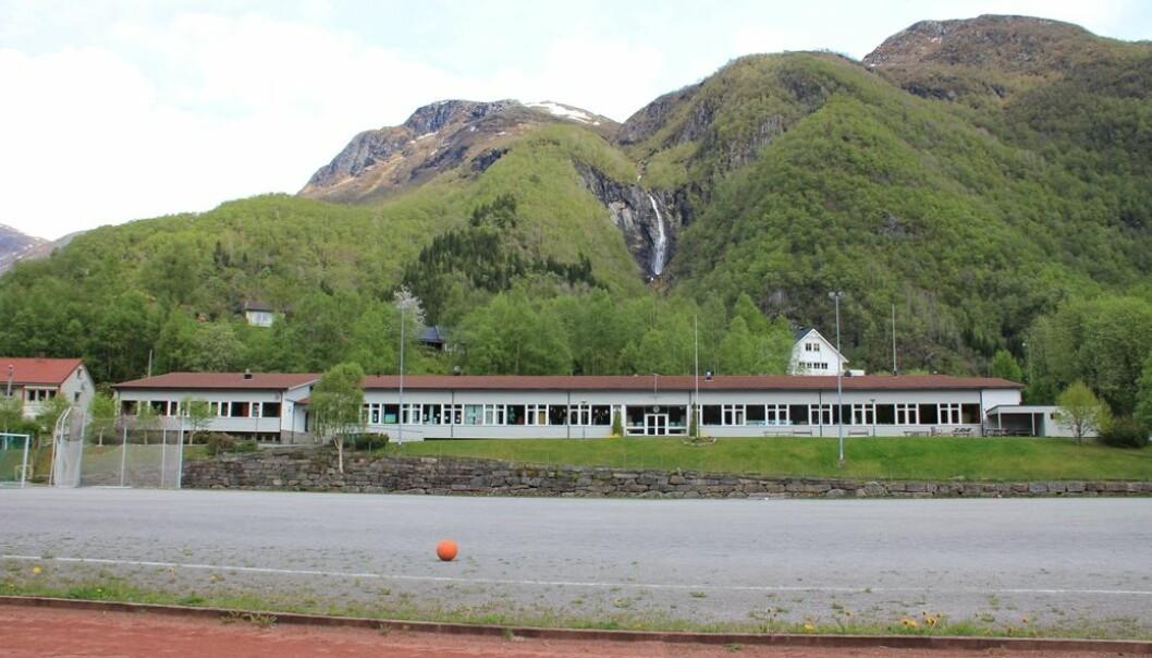Hyen skule er ein 1-10-skule i bygda Hyen, i Sogn og Fjordane. Skulen har berre 61 elevar (tal frå 2008). (Foto: Chell Hill)