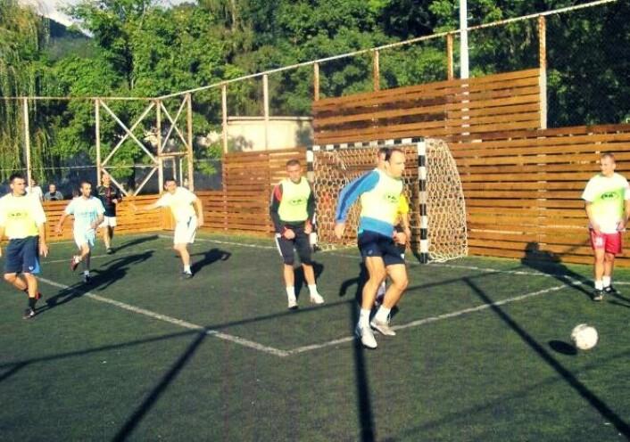 Det er mange positive effekter ved å spille fotball, selv om det ikke skjer på høyt nivå. Det viser ny forskning. Fotballtreningen forbedrer både kondisjon, fettprosent, styrke og smidighet.  (Foto: Zoran Milanovic)