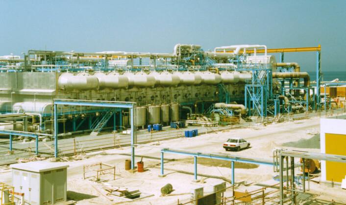 Dette avsaltningsanlegget i Dubai bruker fordampning av havvann i flere trinn for å lage ferskvann. Metoden krever mer energi enn omvendt osmose. Bildet er tatt i 1994. (Foto: Starsend,  Creative Commons Attribution-Share Alike 3.0 Unported)