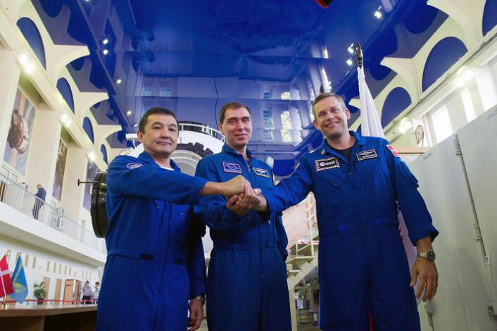 Andreas Mogensen (t.h.), Ajdyn Ajmbetov (t.v.) og Sergej Volkov etter siste eksaminering i Moskva i august før oppskytingen 2. september 2015. (Foto: Russian Federal Space Agency)