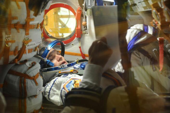 Andreas Mogensen, ESAs danske astronaut, under trening på prosedyrer inne i et Sojus-fartøy.  (Foto: Russian Federal Space Agency)