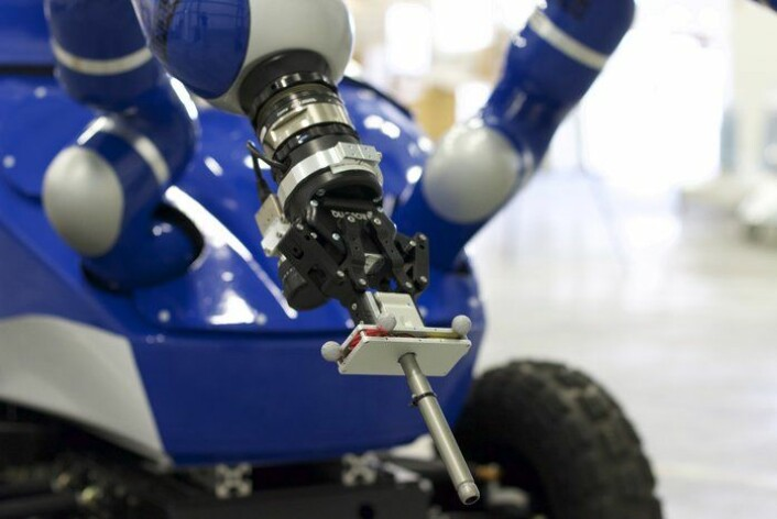 """Roveren Centaur skal styres fra rommet. Her holder """"hånden"""" en metalldel for øvelse. (Foto: ESA)"""