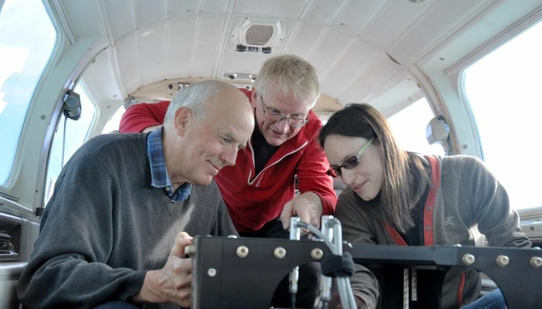 Jomar Gellein (i midten) har mer enn 30 års erfaring fra tyngdemåling på land. Her diskuterer han gravimeteret i flykroppen med NGU-kollegene Odleiv Olesen og Marie-Andrée Dumais. (Foto: Magne Vik Bjørkøy, NGI)