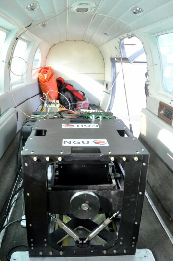 Gravimeteret inne i flykroppen. (Foto: Magne Vik Bjørkøy, NGI)