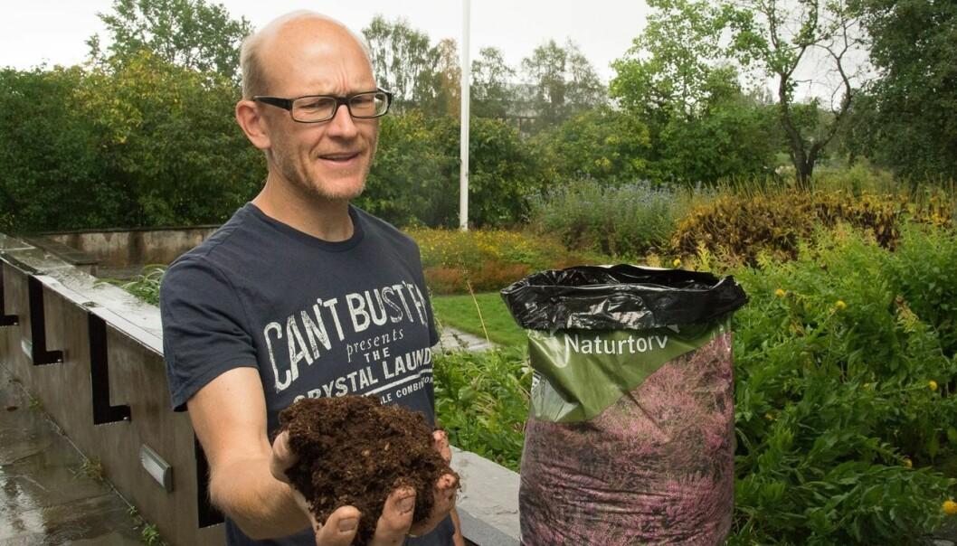 Forsker Erik Joner i NIBIO advarer mot å bruke opp landets torvressurser til potteplanter og til å forbedre jorda i landets mange privathager. (Foto: Erling Fløistad)