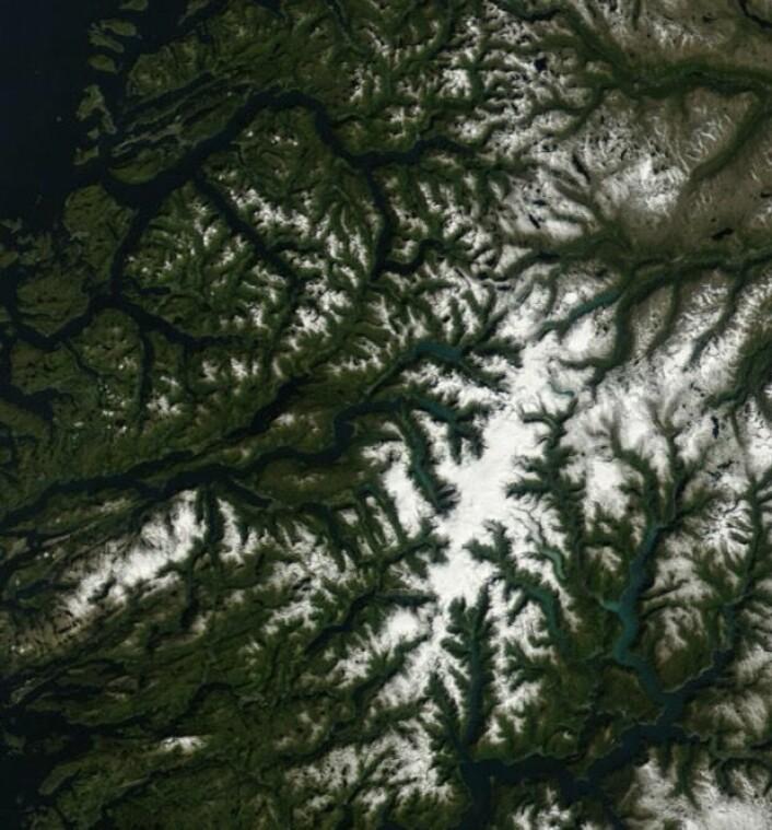 NASAs satellitt Terra kan bekrefte at Jostedalsbreen er der fortsatt. (Bilde: NASA Terra MODIS)