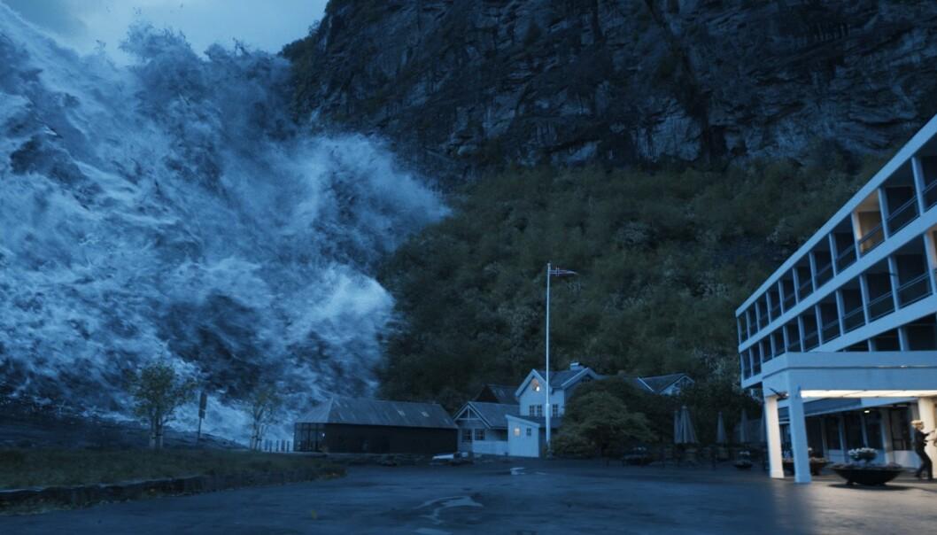 Det er ikke bare Åkneset på Sunnmøre som står i fare for å falle i fjorden, slik scenariet er i den nye norske filmen «Bølgen», som hadde premiere denne uka og som bildet er hentet fra. Forskerne mener å ha god kontroll på farlige fjellpartier i Norge, men seniorrådgiver Dag-Anders Moldestad ved Norsk Romsenter tror det fremdeles finnes farlige fjellområder som forskerne ikke har oppdaget. (Foto: Fantefilm Fiksjon)