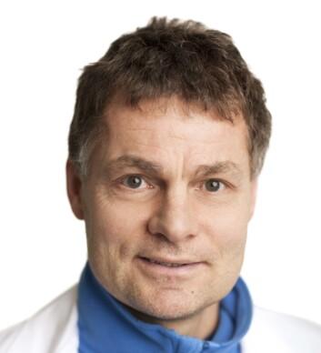 Knut Hagen er hodepinespesialist ved NTNU. Han mener at fastleger kan for lite om faren ved å bruke smertestillende.  (Foto: NTNU)