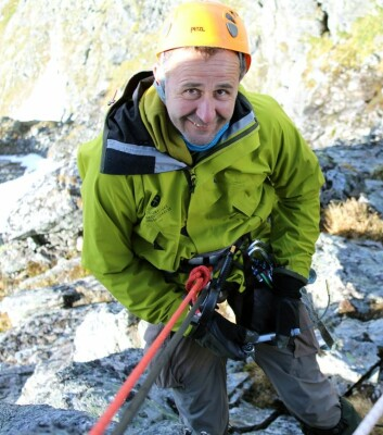 Skredforsker Reginald Hermanns ved Norges geologiske undersøkelse under arbeid i prosjektet CryoWall, som handler om permafrostforandringer og sammenhengen med skred i fjell. ( Foto: NGU)
