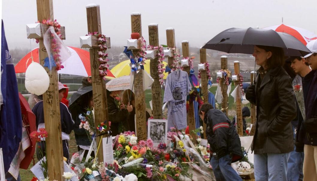 Minnelunden i dagene etter skolemassakren på Columbine High School i USA i 1999. De to drapsmennene tok livet av 13 mennesker før de skøyt seg selv. (Foto: Rick Wilking/Reuters)