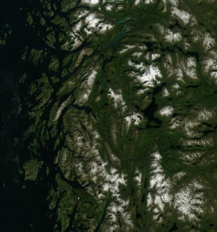 Røssvatnet og omegn sett fra NASAs satellitt Terra 20. august. (Bilde: NASA Terra MODIS)