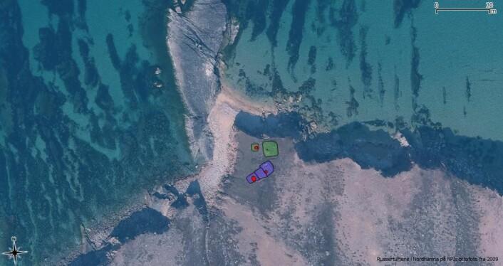 Innmålingen av de to fangststasjonene lagt på ortofoto fra Polarinsituttet. Ovner er markert med rødt. De nordlige grønne tuftene er vanskelige å tolke men funnet av ikonet plasserer dem som russiske. De sørlige lilla tuftene er en typisk 3-delt pomorsk fangstasjon.  (Foto: (Kilde: Bakgrunn fra NPI, figur ved Arild Skjæveland Vivås/ Sysselmannen på Svalbard.))