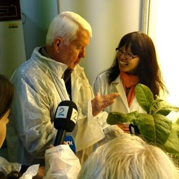Seniorforsker Jihong Liu Clarke (t.v.) sammen med professor Charles Arntzen, da sistnevnte besøkte Ås høsten 2014. Liu Clarke jobber blant annet med å utvikle en vaksine mot denguefeber. Hun ble inspirert av Charles Arntzen, mannen bak Ebolamedisinen ZMapp. Vaksinen vil være basert på den samme teknologien som brukes i ZMapp.  (Foto: NIBIO)