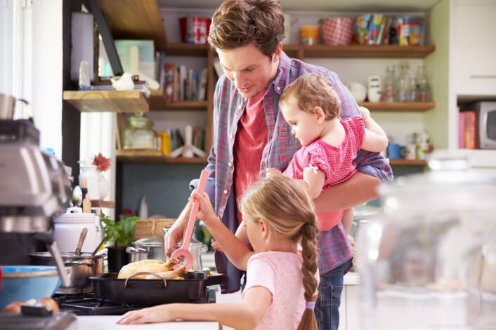 Når barna selv er med på å lage maten, er de mer åpne for å prøve nye retter.  (Illustrasjonsfoto: Microstock)