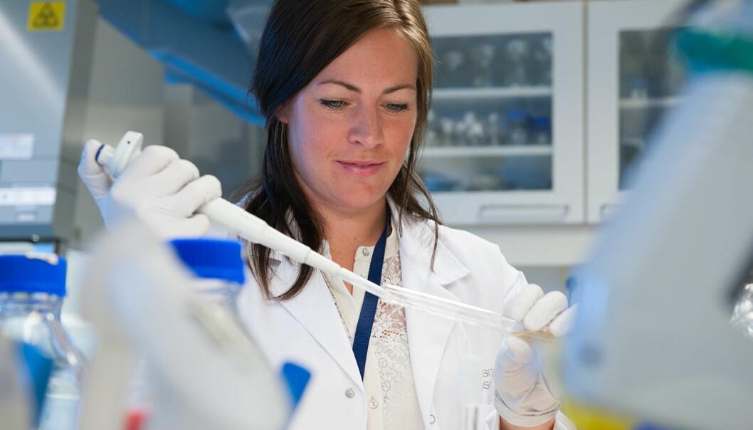Doktorgradsstipendiat Ingun Lund Witsø har forsket på hvordan man kan gjøre bakterier mindre farlige ved å forstyrre kommunikasjonen dem i mellom. (Foto: Jan Unneberg, UiO)