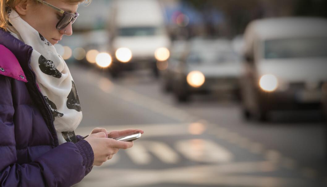 Sjekking av mobiltelefonen mens man går, har blitt mer utbredt. Nå har forskere undersøkt hvordan det påvirker ganglaget. Spaserturen tok lengre tid, men deltakerne manøvrerte stort sett uten å snuble.   (Illustrasjonsfoto: Microstock)