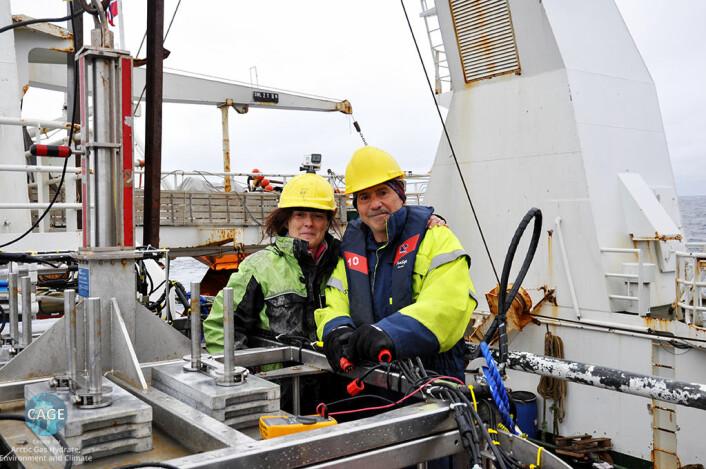 Giuliana Panieri og Dan Fornari ved siden av Tow Cam-systemet om bord «FF Helmer Hanssen». Fornari utviklet kamerasystemet og tilpasset det til Cage-plattformen. (Foto: E. Åström, Cage)