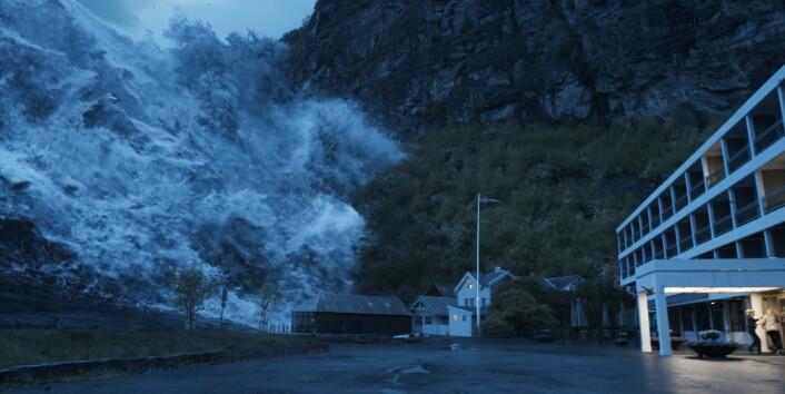 Den forskningsbaserte bølgen på vei mot hotellet i Geiranger. (Foto: Fantefilm Fiksjon)