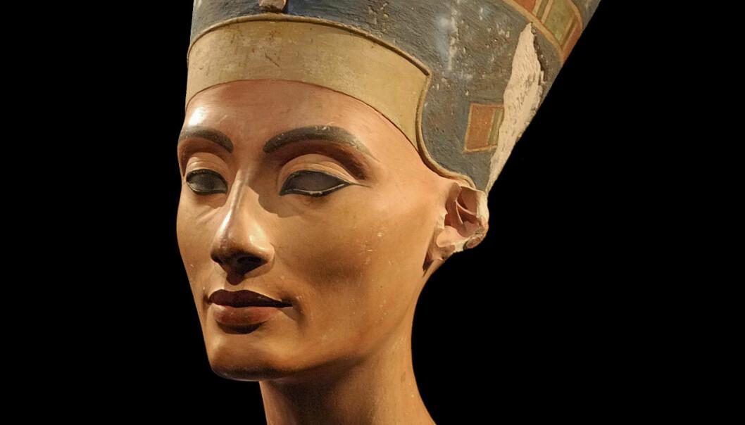 Nefertiti var gift med kong Akhenaton (1353–1335 f.Kr.). Hun var politisk og religiøst likestilt med kongen, og etter at hans død overtok hun kanskje makten, frem til 1333, under navnet Smenkhkare. Bysten hennes står ved Neues Museum i Berlin. (Foto: Philip Pikart)