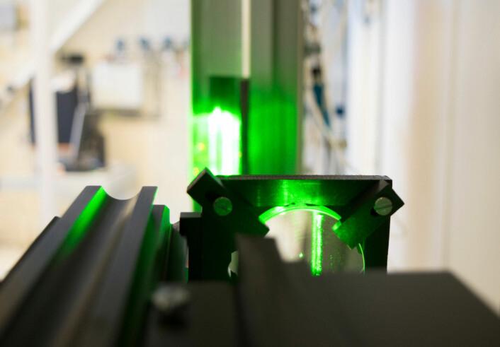 Ved hjelp av laserstråler, høyhastighetskamera og datamaskiner kan forskerne identifisere tusenvis av partikler og se hvordan disse beveger seg i vannet. Målingene brukes til å sjekke om ulike datamodeller er riktige. (Foto: Leiv Gunnar Lie, UiS)
