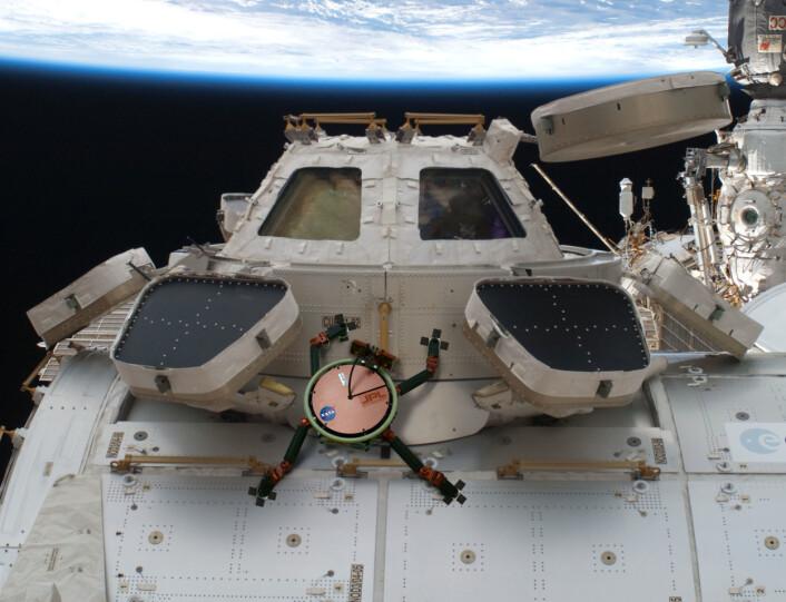 Slik ser en kunstner for seg at en gekkorobot kan klatre rundt på den internasjonale romstasjonen. (Foto: NASA/JPL)
