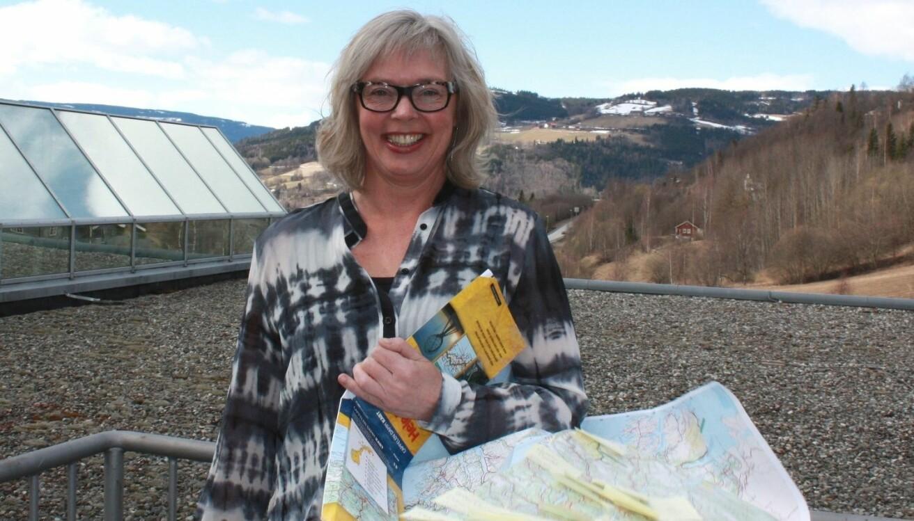 Med kartet under armen forsker Ulla Higdem på regionale spørsmål både i både norsk og europeisk kontekst. (Foto: Sigrun Dancke Skaare)
