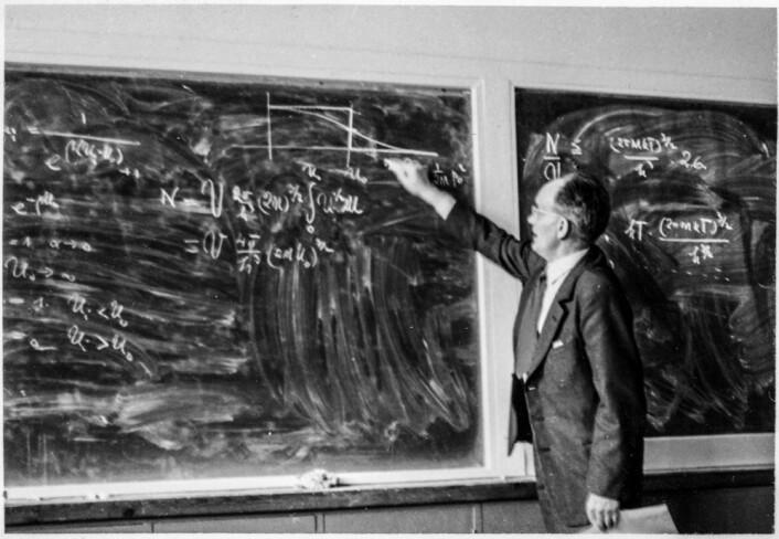 Egil Hylleraas underviser fra tavla i 1954. (Foto: MUV/UiO)