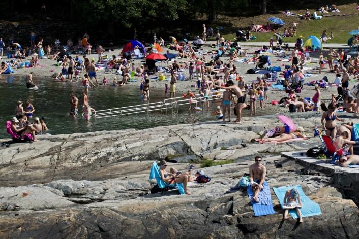 Ingen torsk, men mye folk i strandkanten på Ingierstrand sommeren 2014. (Foto: Anette Karlsen, NTB scanpix)