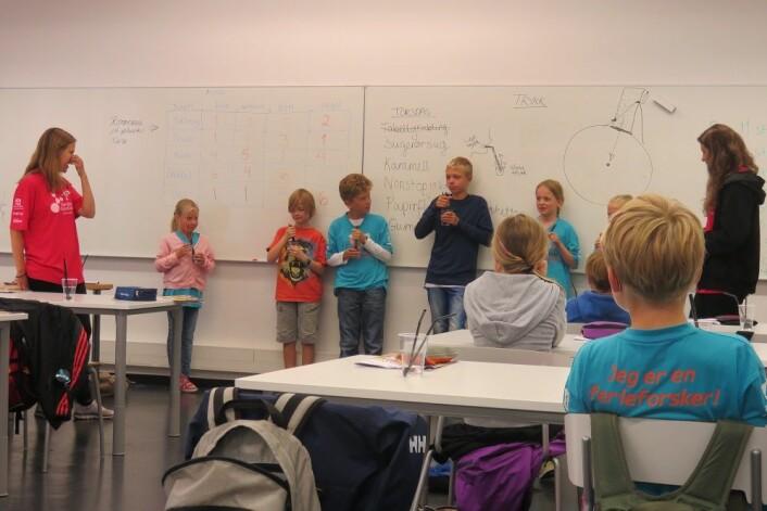 Elevene på Forskerfabrikken lærer om høytrykk og lavtrykk. (Foto: Nora Heyerdahl)