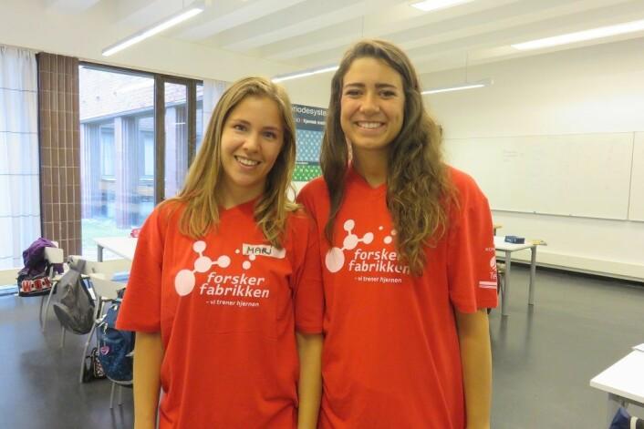 Mari Bøe og Malene Nyhus studerer til å bli lektorer og er instuktører på Forskerfabrikken. (Foto: Nora Heyerdahl)