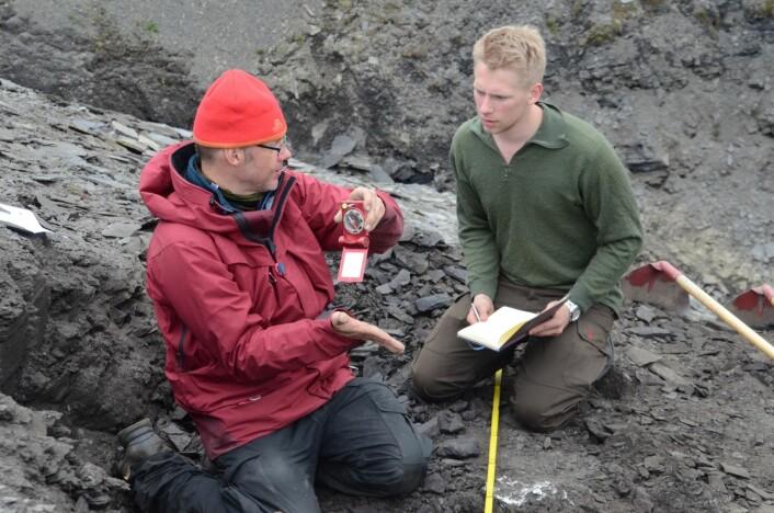 Gruppa består av både geologer og biologer. Her lærer biologistudent Ole Frederik grunnleggende geologiske prinsipper av taphonom  Achim. (Foto: Charlotte Sletten Bjorå)