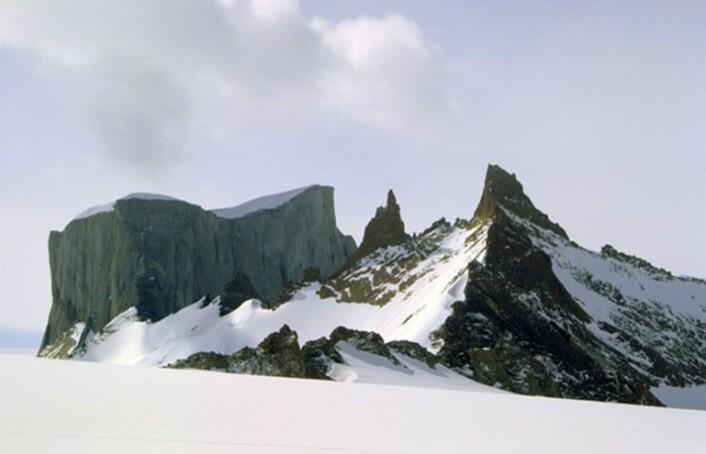 Mange av fjellene i Dronning Maud Land har fått norske navn som gjenspeiler utseendet; her er den 900 meter høye Hoggstabben til venstre. (Foto: Synnøve Elvevold, Norsk Polarinstitutt)