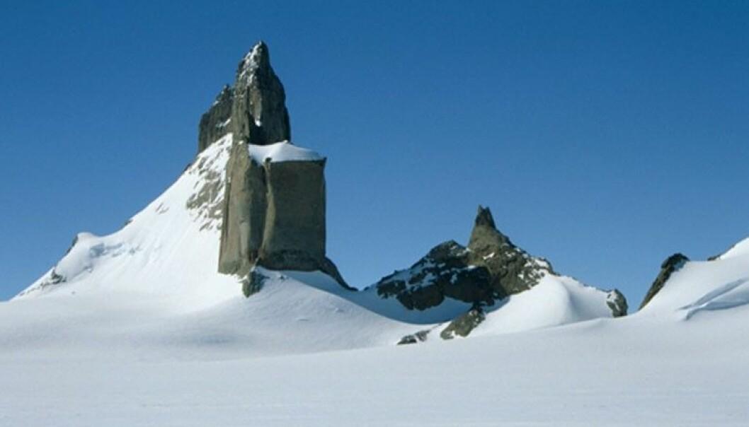 Ulvetanna er en av nunatakene i Heimfrontfjella i den norske delen av Antarktis. (Foto: Synnøve Elvevold, Norsk Polarinstitutt)