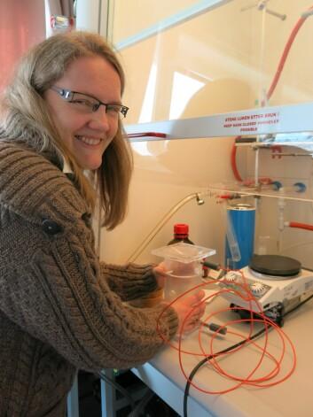 Kristine Bondo Pedersen viser her frem instrumentet hun brukte i sine analyser av bunnslam fra havnebasseng i Arktis. (Foto: Vibeke Os)