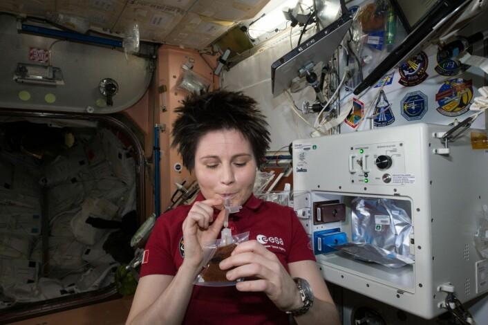 ESA-astronaut Samantha Cristoforetti nyter sin første kaffe fra den nye ISSpresso-maskinen. (Foto: NASA)