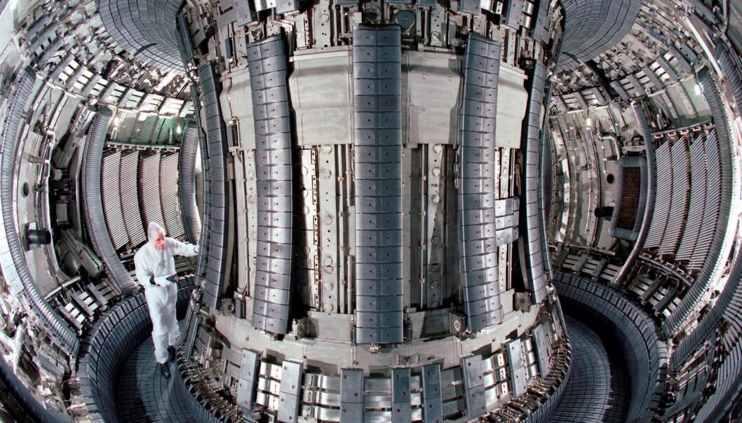 JET (Joint European Torus) er fortsatt den største testreaktoren innen fusjonsforskning i Europa, og står i nærheten av Oxford i England. Bildet er fra da en oppgradering av reaktoren i 1997. (Foto: Eurofusion)