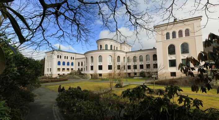 Mest tid på undervisning bruker en faglig ansatt ved Universitetet i Bergen (68 prosent av arbeidstiden) som er avbildet her, Høgskolen i Sør-Trøndelag (68 prosent) og Høgskolen i Volda (64 prosent). Minst tid på undervisning bruker en faglig ansatt ved NTNU (44 prosent) og Universitetet i Nordland (49 prosent). Obs: Disse tallene er noen år gamle. Kilde: NIFUs tidsbruksundersundersøkelser  (Foto: Marianne Røsvik/UiB)