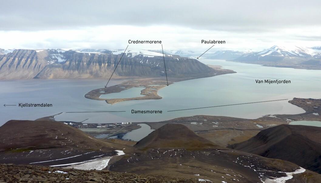 Paulabreen ses innerst i Rindersbukta som er en sidearm til Van Mijenfjorden. Credner- og Damesmorenene ble dannet da Paulabreen krysset over Van Mijenfjorden stengte av Kjellstrømdalen. (Foto: Eiliv Larsen, NGU)