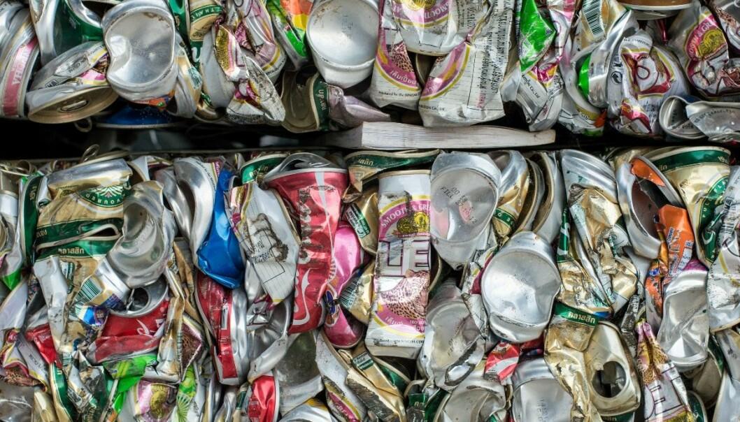 Søppel du putter i brusboksen følger med til gjenvinningsstasjonen og forurenser aluminiumen.  (Foto: Colourbox)