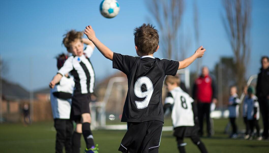 I de danske skolegårdene er fotball den helt dominerende aktiviteten. Ifølge to forskere går det ut over barn som ikke mestrer nettopp den idrettsgrenen. Problemet ligger blant annet i selve utformingen av skolegårdene, mener de.  (Foto: Colourbox)