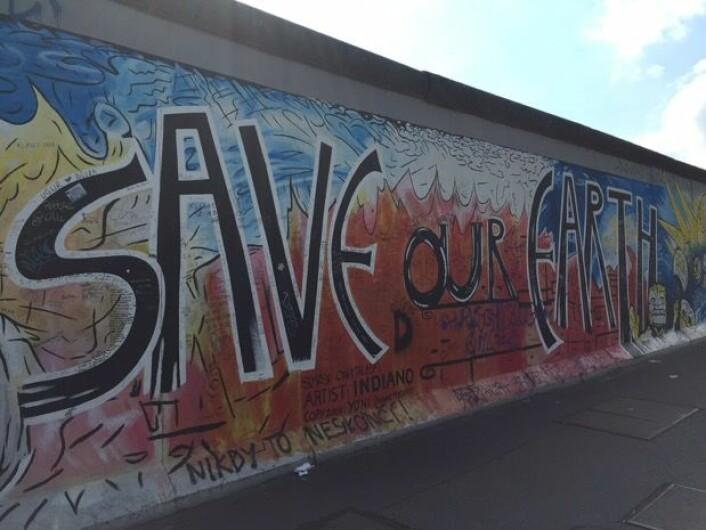 Et tidløst budskap på Berlinmuren. Det er jo alltid noe å bekymre seg for. (Bilde: T. Wahl)