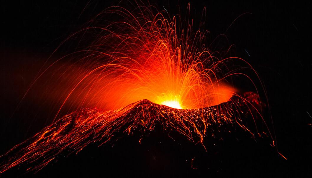 Lava strømmer ut av Etna 12. mai i år. Vulkanen ligger på østkysten av Sicilia i Italia og er den mest aktive i Europa. (Foto: Marco Restivo / Demotix)