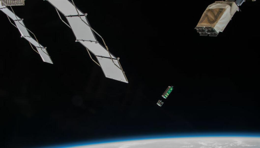 Arkyd 3-satellitten slippes ut av den internasjonale romstasjonen. Den er knøttliten: bare 30 cm lang og 10 centimeter bred. (Foto: NASA)